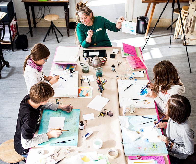 Gruppenwerkstatt Kinder malen mit Peggy