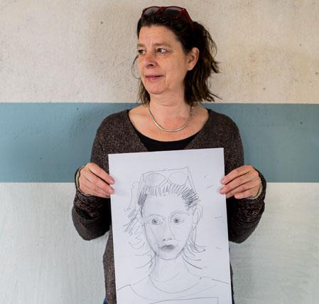 Bettina mit Portraitzeichnung