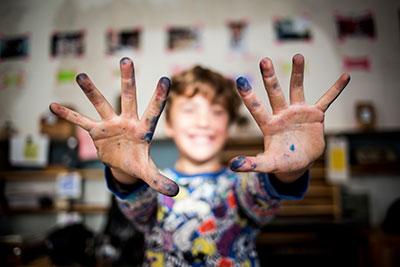 Kinderhände mit Tuschflecken