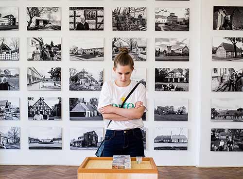 Besucherin im Oderbruchmuseum Altranft Ausstellung Baukultur