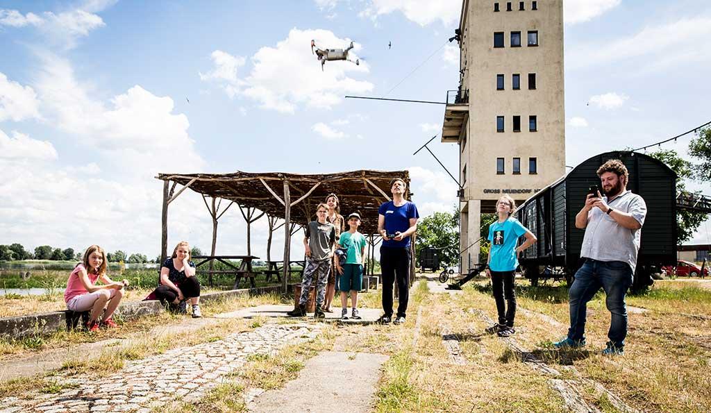 Filmarbeiten  für den Kulturerbe-Film Groß Neuendorf Das Filmteam lässt eine Drohne steigen.
