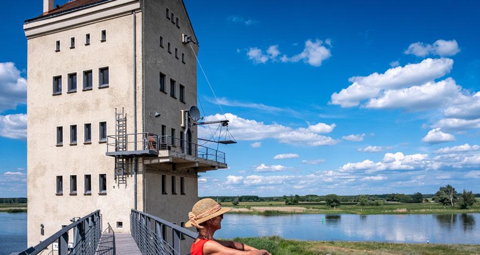 Frau steht auf Brücke und schaut auf die Oder