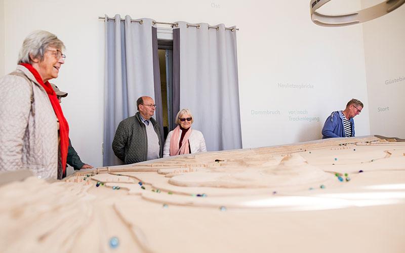 Besucher an der Oderbruch-Murmelbahn