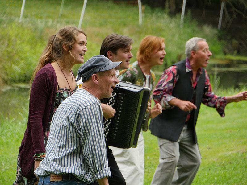 Über das Leben mit dem Biber: Das Theaterstück Bibergeil entstand zum Jahresthema Wasser. $ Schauspieler im Park