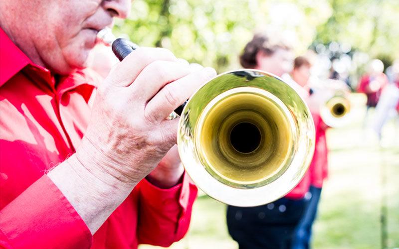Mann spielt Horn